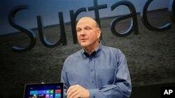 18일 마이크로소프트사의 새로운 태블릿 PC를 공개하는 스티브 발머 최고경영자.