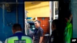 Los agentes de policía permanecen en el puesto de guardia del departamento forense del Hospital de Kuala Lumpur, en Kuala Lumpur, Malasia, el sábado 25 de febrero de 2017.