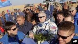 Phi hành gia Steve Swanson (giữa) vừa trở về từ Trạm Không gian Quốc tế, 11/9/14