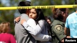 Padres y estudiantes se abrazan en su reencuentro luego del tiroteo en la escuela secundaria de Reynolds.