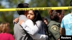 Orangtua dan siswa bertemu kembali setelah penembakan di Sekolah Menengah Reynolds di Troutdale, Oregon (10/6). (Reuters/Steve Dipaola)