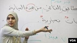 Souhad Zendah mengajarkan bahasa Arab kepada para calon mahasiswa pada program orientasi di Zaytuna College musim panas ini.