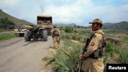 阿富汗士兵守衛著通往軍營的道路
