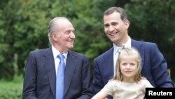 عکس آرشیوی از خوآن کارلوس پادشاه اسپانیا در کنار پسرش شاهزاده فلیپه و نوه اش لئونور