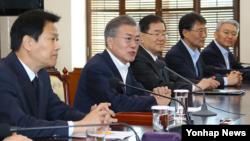 文在寅2018年3月21日主持会议为韩朝峰会准备(韩通社)