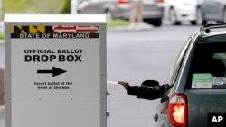 28 Nisan 2020 - Maryland'da yerel seçimlerde posta yoluyla oy kullanan bir seçmen