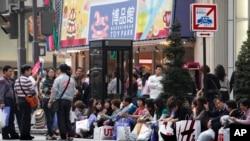 Du khách Trung Quốc nghỉ chân tại một trung tâm thương mại ở Tokyo.