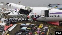 復興航空公司飛機GE235墜落河中,圖為乘客的行李被放置在飛機殘骸旁,2015年2月5日。