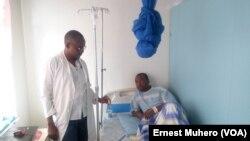 Ephrem Kizungu, patient hospitalisé pour paludisme grave à l'hôpital Skyborne, Sud-Kivu, RDC, 25 avril 2018. (VOA/Ernest Muhero)