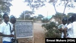 Les élèves viennent directement à la sortie des classes pour lire les informations publiées par le club VOA, le 27 novembre 2016, au Sud-Kivu, en RDC. (VOA/Ernest Muhero)