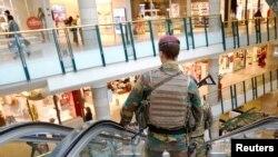 پولیس اہلکار سٹی ٹو شاپنگ مال میں گشت کر رہا ہے۔ فائل فوٹو