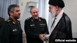 رحیم صفوی(نفر وسط)در کنار محمدعلی جعفری فرمانده سابق سپاه و سیدعلی خامنهای