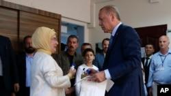 Recep Tayyip Erdogan, presidente de Turquía y líder del gobernante partido Justicia y Desarrollo (AKP por sus siglas en inglés), lleva su papeleta de votación hacia la urna en un puesto electoral en Estambul, el domingo 24 de junio de 2018. Turquía vota en una histórica doble elección presidencial y legislativa.