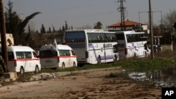 敘利亞難民乘坐兩部巴士在救援機構協助下﹐2月7日離開霍姆斯。