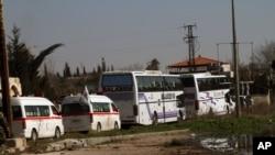 대피하는 민간인을 태우고 홈스를 떠나는 시리아 적신월사 버스들