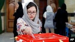 Một người phụ nữ Iran bỏ phiếu ở thành phố Qods, khoảng 12 dặm (20 km) về phía tây Tehran, ngày 29 tháng 4 năm 2016.