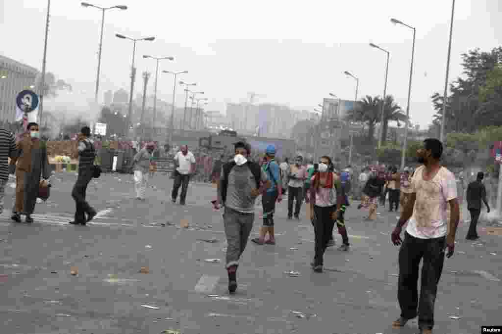 مصر کے برطرف کے گئے صدر محمد مرسی کے حامی فوج کے انتباہ کے باوجود دارالحکومت قاہرہ میں بدستور دھرنے دیئے ہوئے ہیں۔