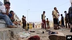 Warga sipil Yaman berkumpul pasca serangan bom bunuh di kota Aden, Yaman selatan (23/5).