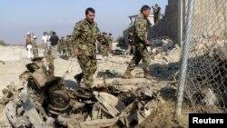 지난 4일 아프가니스탄 경찰들이 폭탄테러 현장을 수색하고 있다. (자료사진)