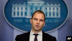 Cố vấn Tòa Bạch Ốc Ben Rhodes nói Washington sẽ tiếp tục làm việc để giải quyết vụ tranh chấp qua các kênh ngoại giao và tình báo