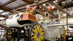 Un grupo de voluntarios trabaja en una carroza para el Desfile de las Rosas, el primero de enero.