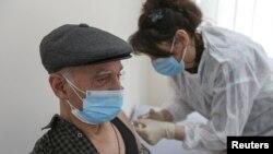 На фото: чоловік у Тбілсі отримує щеплення