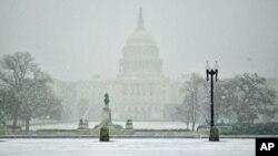 توفان برف، رأی گیری های کانگرس را نیز به تعویق افگند.