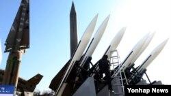 4일 서울 용산구 용산동 전쟁기념관 야외전시장의 미사일 모형. 왼쪽은 한국군이 운용하는 나이키 미사일.