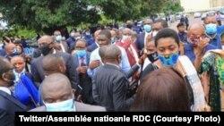 Députés hors du Parlement alors que la police a verrouillé toutes les entrées à Kinshasa, RDC, 12 juin 2020. (Twitter / Assemblée nationale de la RDC)