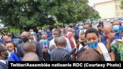 Ba députés bazali libanda ya parlement nsima na police kokanga nzela, Kinshasa, 12 juin 2020. (Twitter/Assemblée nationale RDC)