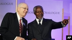 Former U.N. Secretary-General Kofi Annan with World Food Prize president Kenneth Quinn in Des Moines, Iowa, Oct. 2010 (file photo).