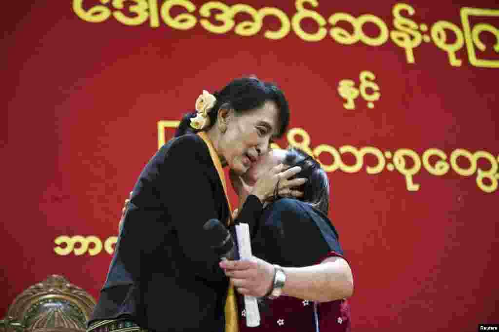 Bà Aung San Suu Kyi gặp gỡ cộng đồng Miến Điện tại Bergen, Na Uy, ngày 17 tháng 6 năm 2012.