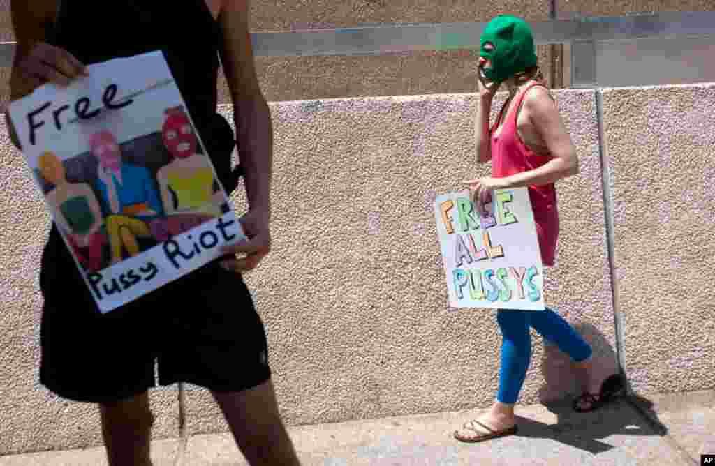 """俄罗斯驻以色列特拉维夫市的大使馆外面抗议人士拿着呼吁释放""""Pussy Riot""""歌手的标语"""