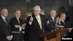 Neil Armstrong s'exprimant au Congrès après avoir reçu la Médaille d'or du Congrès