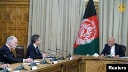 美国国务卿布林肯(中)在阿富汗会晤阿富汗总统加尼 (右)。(2021年4月15日)