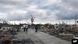 ຜູ້ຄົນພວມຊອກຫາສິ່ງຂອງຕ່າງໆ ທີ່ຍັງເຫຼືອຈາກເຮືອນຊານບ້ານຊ່ອງຂອງພວກເຂົາເຈົ້າ ຫຼັງຈາກລົມຫົວກຸດ tornado ພັດຖະຫຼົ່ມຄຸ້ມ Pleasant Grove ທາງກໍ້າຕາເວັນຕົກຂອງເມືອງ Birmingham ລັດ Alabama (28 ເມສາ 2011)