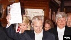 Pendiri WikiLeaks, Julian Assange saat mendapatkan kebebasan dari pengadilan Inggris dengan uang jaminan, hari Kamis 16 Desember 2010.