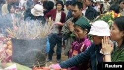 Ảnh minh họa: Người dân thắp hương cầu nguyện tại Chùa Hương.