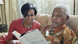 ملاقات میشل اوباما بانوی اول آمریکا با نلسون ماندلا رئیس جمهوری پیشین آفریقای جنوبی در خانه وی در هوگتون ۲۱ ژوئن ۲۰۱۱