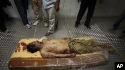 Le corps de Kadhafi exposé à Misrata