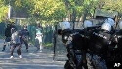 Demonstranti bacaju kamenice na pripadnike specijalnih policijskih snaga koji su obezbeđivali učesnike Parade ponosa u Podgorici, 20. oktobar 2013