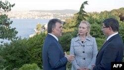 Ngoại trưởng Mỹ Hillary Clinton nói chuyện với Tổng thống Thổ Nhĩ Kỳ Abdullah Gul (trái) và Ngoại trưởng Thổ Nhĩ Kỳ Ahmet Davutoglu tại Istanbul, ngày 15/7/2011