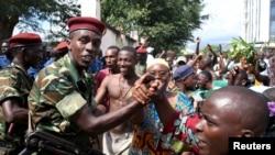 在一名布隆迪将领宣布总统已被推翻后,涌上首都街头庆祝胜利的市民和士兵握手(2015年5月13日)