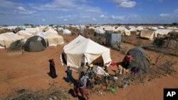 Wakimbizi wakiwa katika kambi ya Ifo huko Dadaab, karibu na mpaka wa Kenya na Somalia.