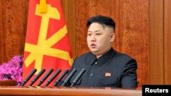El líder norcoreano Kim Jong-Un discute los planes de ataques con oficiales del alto mando militar.