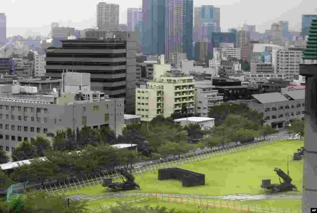 在东京的日本防卫省(国防部)大院里,部署了爱国者3型(PAC-3)导弹系统(2017年8月10日)。
