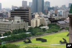 10일 일본 도쿄 방위성 주변에 배치된 PAC-3 패트리어트 미사일 발사대가 하늘을 향하고 있다.