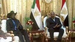 عمر البشیر رییس جمهوری سودان و سالوا کییر (چپ) اولین معاون رییس جموری و فرماندار جنوب سودان در کاخ ریاست جمهوری در خارطوم، سودان. ۷ فوریه ۲۰۱۱