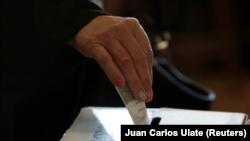 Un votante deposita su papeleta durante las elecciones presidenciales de Costa Rica en un centro de sufragio de la capital, San José. 1 de abril, 2018. REUTERS/Juan Carlos Ulate