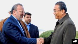 최근 숙청설이 제기된 북한 궁석웅 외무성 부상(오른쪽)이 지난 2008년 11월 평양을 방문한 마누체르 모타키 당시 이란 외무장관과 악수하고 있다. (자료사진)